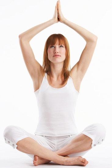 junge frau macht yoga übungen